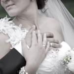 結婚指輪を薬指にはめるのはなぜ!?由来や歴史について